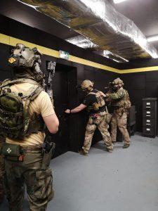 Männer sowie CQB Training